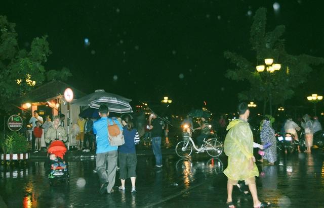 Khách vui chơi Halloween liên tục bị gián đoạn vì mưa lớn
