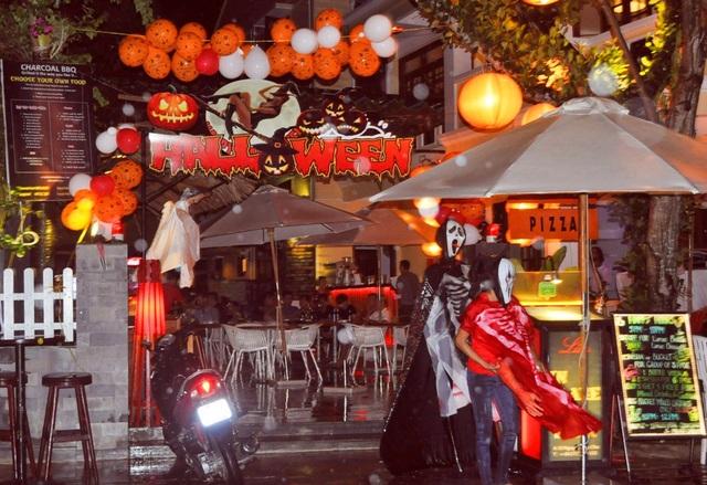 Các nhà hàng, quán bar trang trí Halloween để thu hút khách