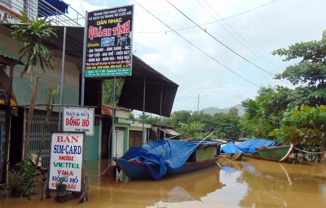 Nước dâng cao làm ngập nhà dân ở huyện Đại Lộc