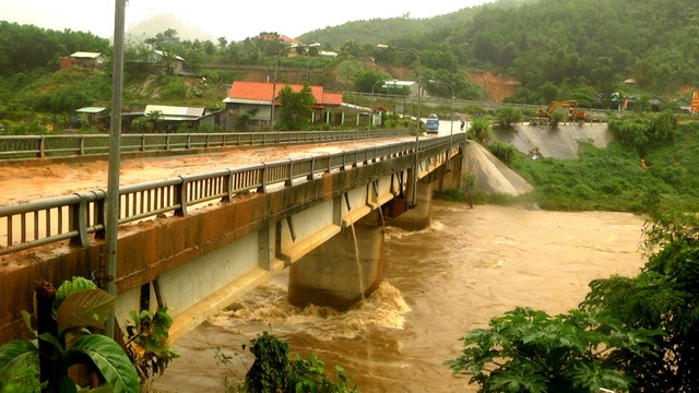 Nước lũ tràn qua cầu
