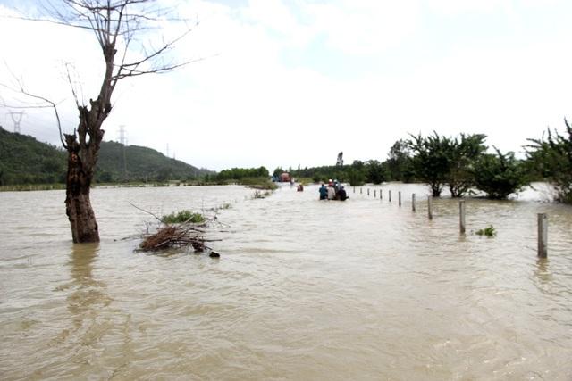 Nhiều tuyến đường bị ngập sâu trong lũ