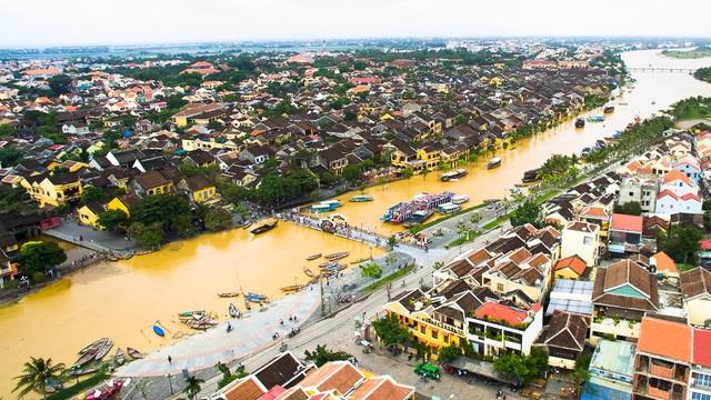 Dòng sông Hoài chia đôi TP Hội An. Có thể nhìn rõ cây cầu An Hội chưa chìm xuống nước