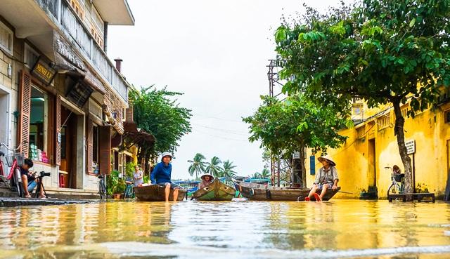 Các chủ ghe đang ngồi đợi khách chở đi ngắm cảnh lụt ở Hội An