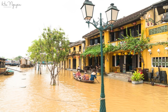 Nước lụt đỏ ngầu dâng lên đường Bạch Đằng