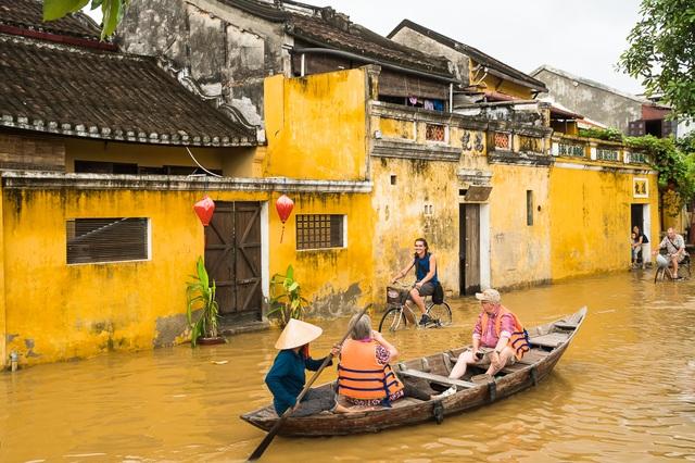 Vừa đi ghe, vừa đi xe đạp. Du khách nước ngoài thích thú với lụt ở Hội An