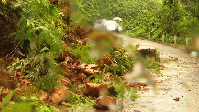 Nhiều điểm đất đá sạt lở khiến giao thông bị đình trệ