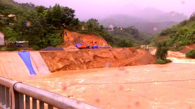 Lũ lớn làm sạt lở bờ sông Tranh đoạn qua trung tâm huyện Nam Trà My