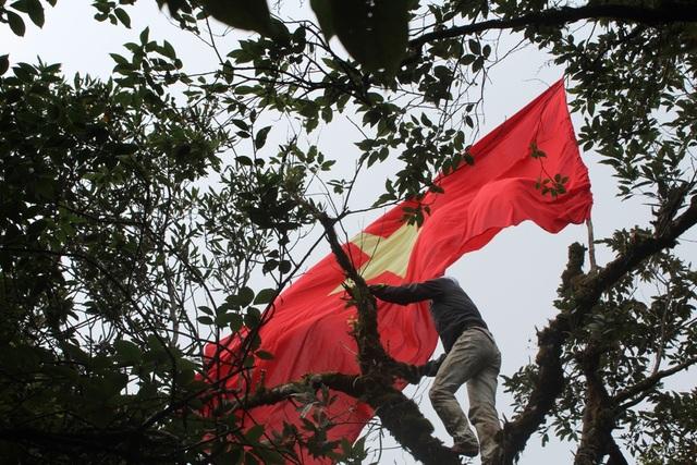 Cắm cờ Tổ quốc lên cây đỗ quyên trên đỉnh Trường Sơn