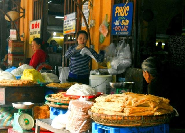 Nhiều đặc sản truyền thống được bày bán ở chợ Hội An