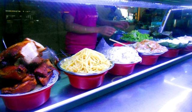 Cao lầu, bánh hoa hồng trắng, mỳ quảng… là những món ăn địa phương được yêu chuộng