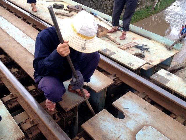 Công nhân đường sắt đang khắc phục sự cố