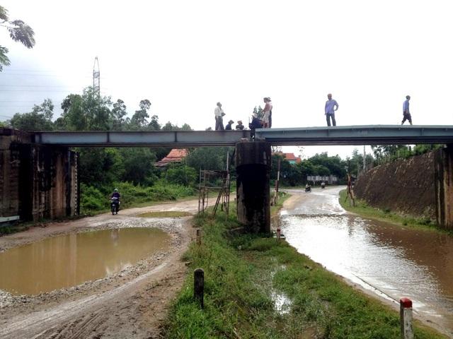 Cầu vượt đường sắt bị xe container đâm làm chệch đường ray