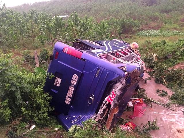 Chiếc xe khách bị hư hỏng nặng
