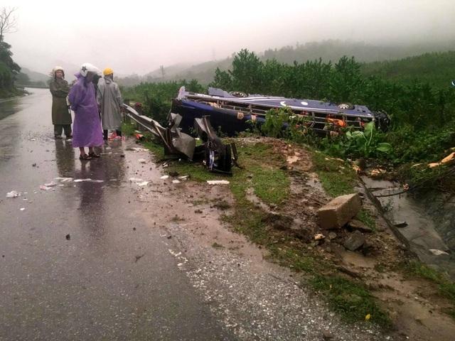 Thời điểm xảy ra tai nạn, trời đang mưa to. Trong ảnh, lực lượng chức năng đang bảo vệ hiện trường. (Ảnh: CTV)