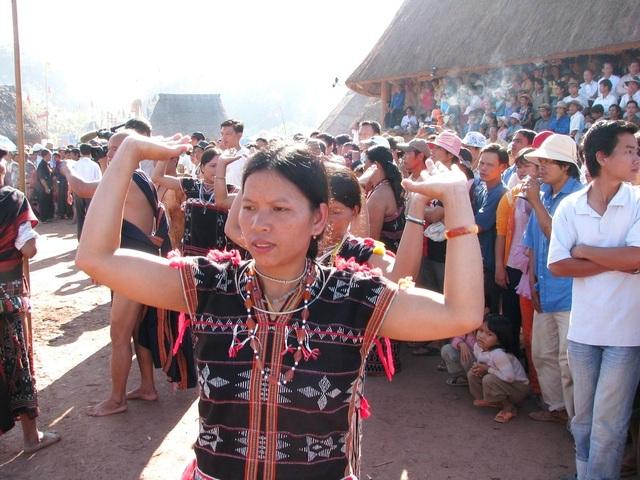 Điệu múa za zá của phụ nữ Cơtu trong lễ hội của đồng bào mình