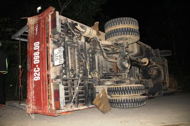Chiếc xe tải chở keo bị lật giữa đường