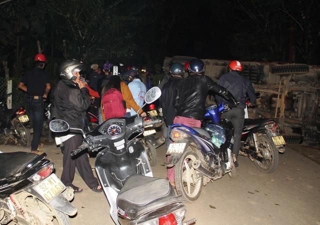  Rất nhiều người dân dừng xe tại hiện trường vụ tai nạn giao thông