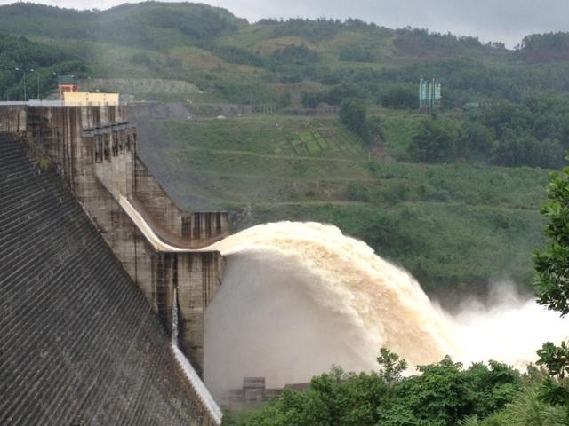 Thủy điện Sông Tranh 2 xả lũ với lưu lượng khoảng 800m3/s