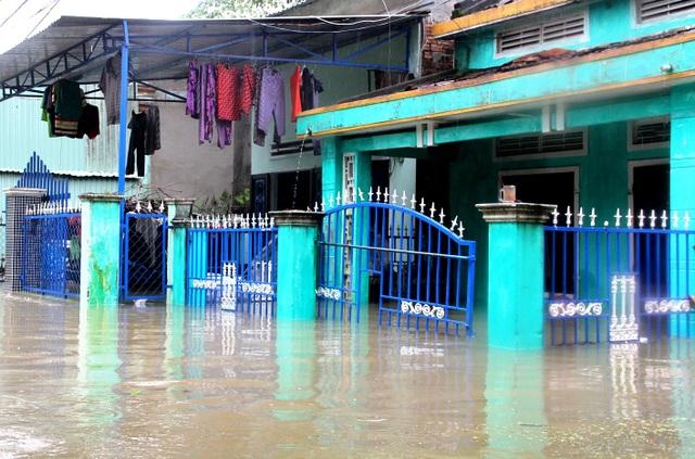 Nhiều ngôi nhà ở TP Tam Kỳ ngập sâu trong nước lũ
