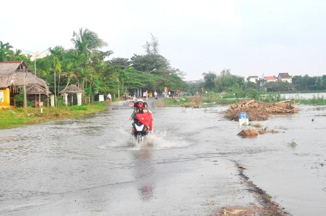 Nước dâng chia cắt nhiều tuyến đường