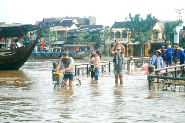 Lưu lại hình ảnh đẹp của Hội An mùa lụt