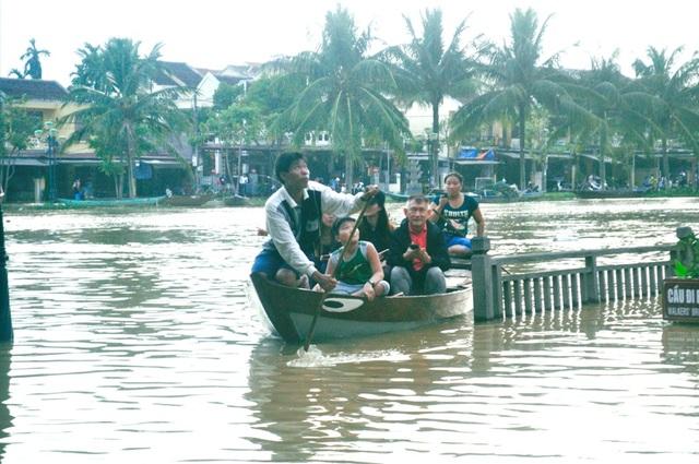 """Dịch vụ """"ngắm lụt"""" Hội An bằng ghe đắt khách mùa lũ - 13"""