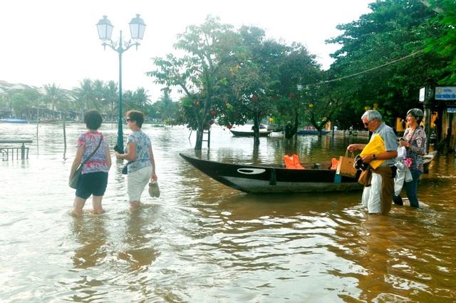 Dù không ít phiền toái khi nước lớn nhưng du khách rất thích lội nước lụt Hội An và cũng là cơ hội cho nhiều người dân kiếm thêm thu nhập