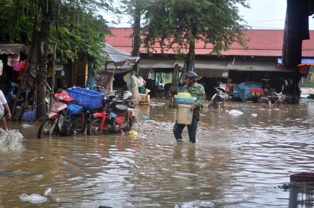Chợ Hội An ngập nước gây khó khăn cho người buôn bán