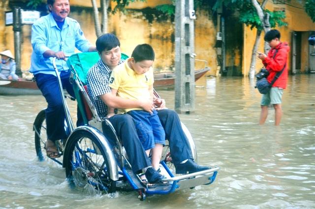 Du khách Việt cũng rất hứng khởi với nước lũ ở Hội An