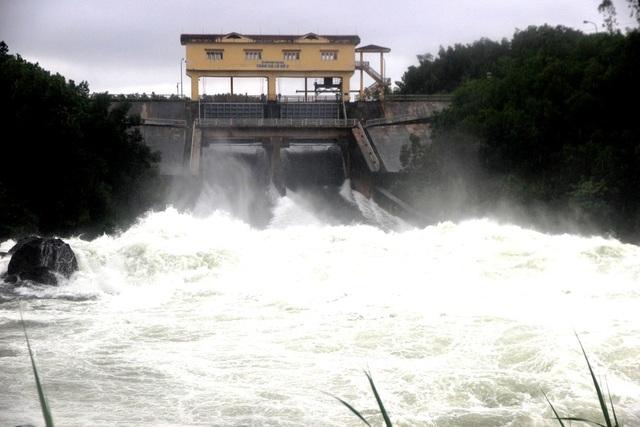 Các hồ thủy điện, thủy lợi trên địa bàn Quảng Nam hiện đã giảm lượng xả lũ. (Ảnh: Hồ thủy lợi Phú Ninh đang xả lũ)