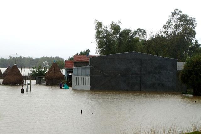 Nước lũ về gây ngập nặng nhà dân trên địa bàn Quảng Nam