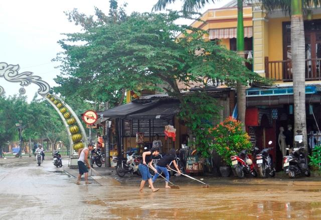 Các nhà hàng, quán ăn trên đường Nguyễn Phúc Chu bắt đầu được dọn dẹp ngay sau khi nước rút