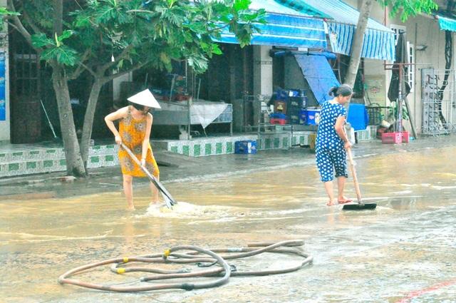 Người dân cũng bắt đầu công tác dọn dẹp để đảm bảo phòng trừ các loại dịch bệnh sau lũ