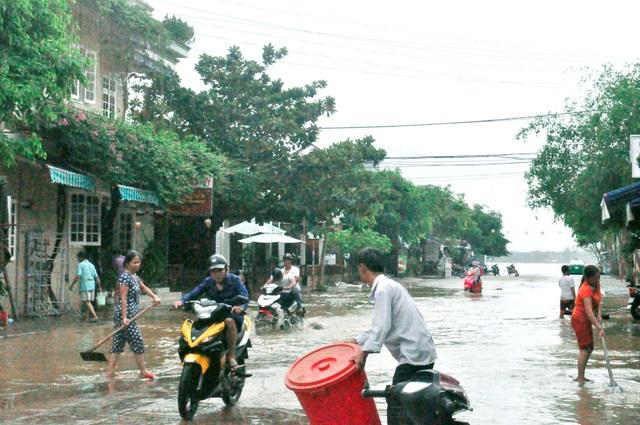 Người Hội An dọn dẹp phố cổ sau khi nước lũ rút - 12