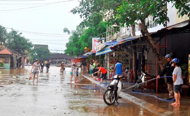 Tuy nhiên người dân vẫn thấp thỏm lo lắng về tình hình diễn biến phức tạp của mưa lũ trong những ngày đến