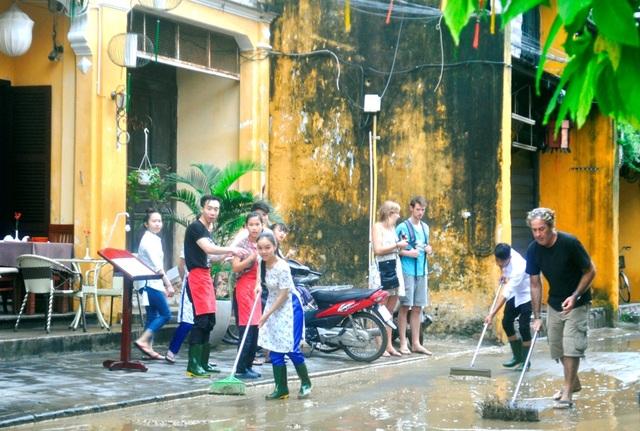 Người Hội An dọn dẹp phố cổ sau khi nước lũ rút - 3