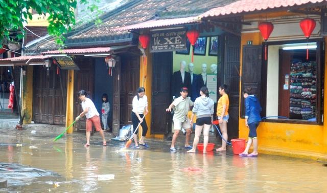 Người Hội An dọn dẹp phố cổ sau khi nước lũ rút - 4
