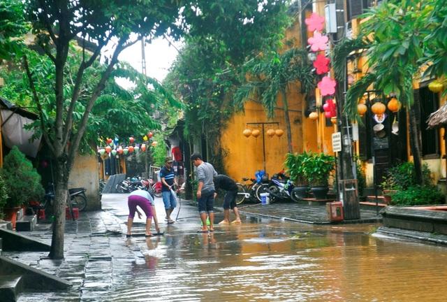 Người Hội An dọn dẹp phố cổ sau khi nước lũ rút - 7