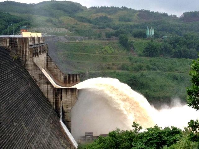 Thủy điện Sông Tranh 2 xả với lưu lượng từ 1.400-2.700m3/s để tạo dung tích đón lũ mới