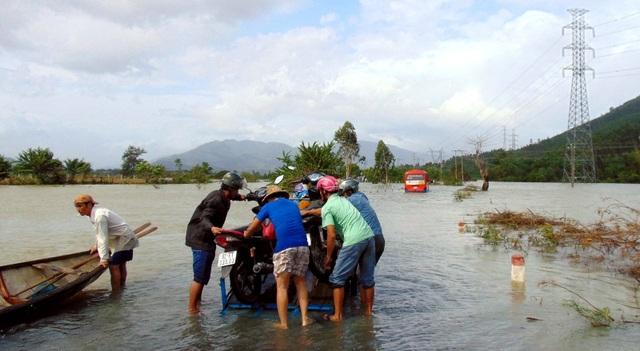 Những cơn lũ vừa qua do mưa lớn và thủy điện xả làm ngập đường ở huyện Đại Lộc