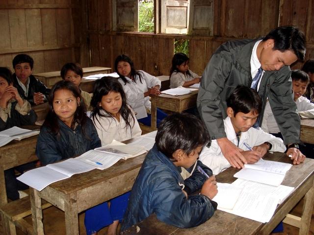 Ngành giáo dục tỉnh Quảng Nam tuyển dụng hơn 1.300 giáo viên trong năm 2016. Trong ảnh: Giáo viên đứng lớp tại một điểm trường vùng cao của huyện Tây Giang, Quảng Nam
