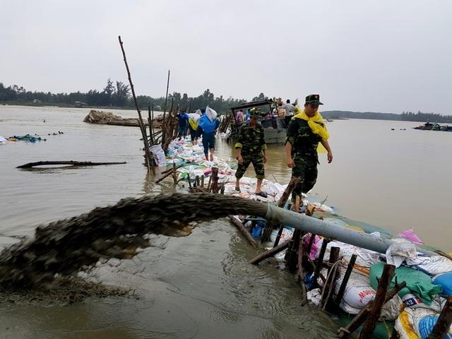 Cầu và đường quan thôn Đông Bình, xã Duy Vinh gia cố lại nhưng nay tiếp tục bị sạt lở
