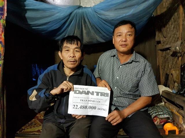 Ông Nguyễn Bá Hiến (ảnh phải) thay mặt xã Đại Hồng trao tiền của bạn đọc Dân trí đến ông Lộc
