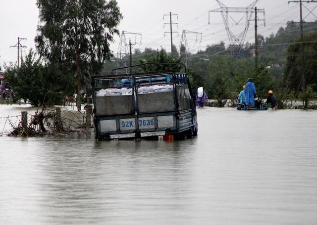 Nước lũ chia cắt đường liên xã từ Đại Đồng lên xã Đại Hưng, Đại Lãnh huyện Đại Lộc