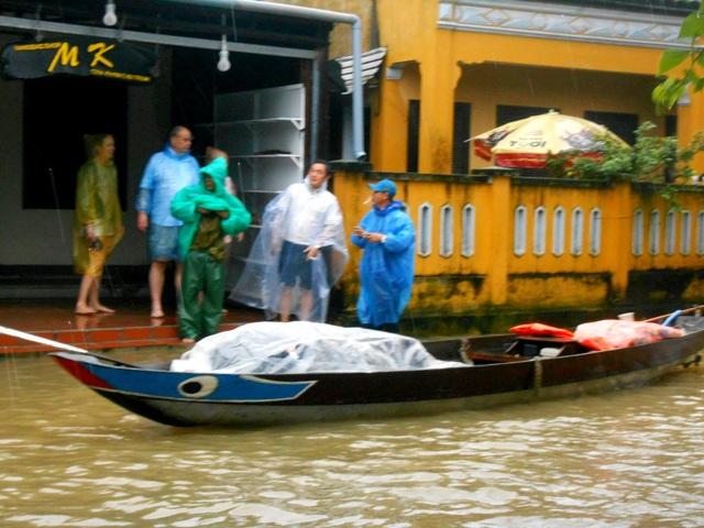 Nước lũ bắt đầu dâng cao gây ngập lụt sâu tại nhiều nơi trũng thấp của Hội An, du khách cũng bắt đầu di chuyển