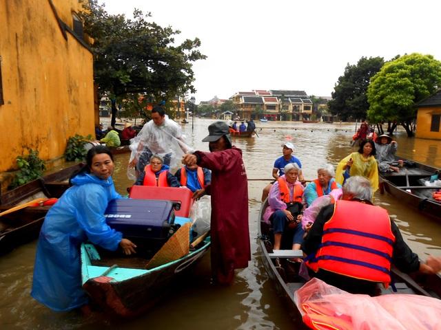 Nước dâng cao, du khách bắt đầu di tản khỏi Hội An - 9