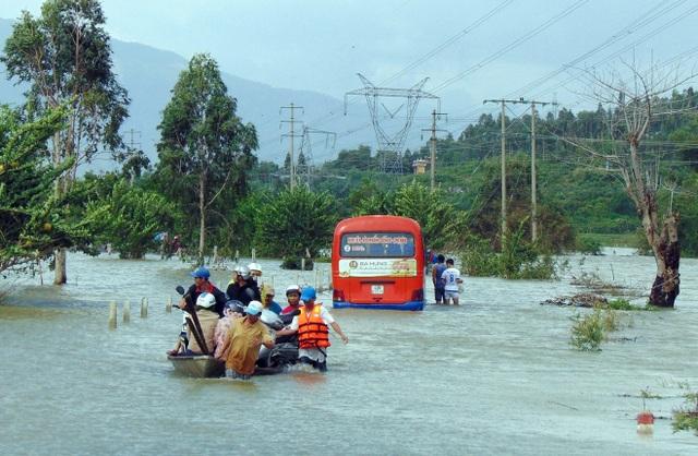 Lũ lụt làm chia cắt nhiều tuyến đường nên học sinh phải nghỉ học