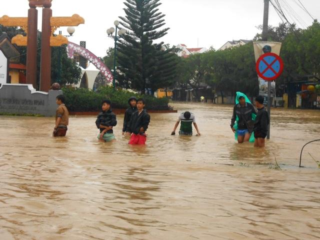 Vì lũ lên cao nên nhiều học sinh được nghỉ học, tuy nhiên các em lại tranh thủ đi lội nước trong khi nước dâng cao rất nguy hiểm