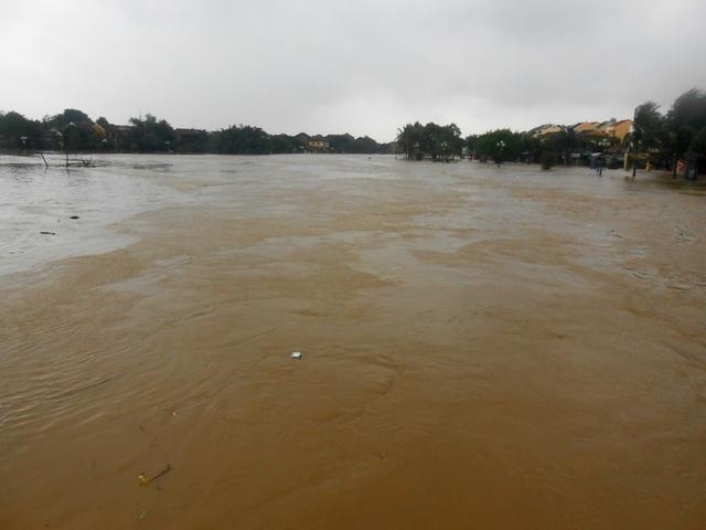 Nước lũ dâng cao gây ngập sâu tại nhiều nơi của Hội An, có nơi dâng cao từ 0,7-1m gây nguy hiểm cho người dân và du khách