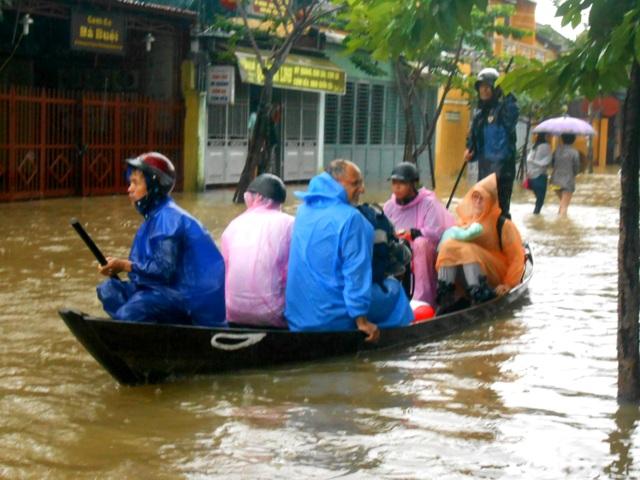 Du khách cư trú tại các homestay, khách sạn… tại phường Minh An và nơi trũng thấp bắt đầu di tản để đến các khu vực cao hơn
